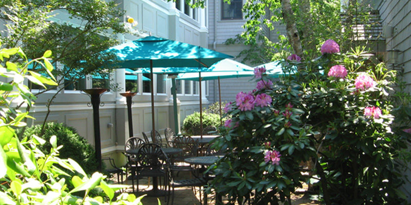 Outdoor Dining on the Patio at the Dan'l Webster Inn & Spa